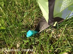 piquet plantés dans l 'herbe tente anti-UV Babymoov