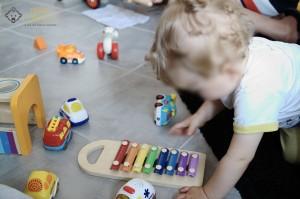 Loulou découvre ses cadeaux d'anniversaire 1 an