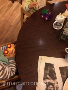 occuper bébé au restaurant avec des jouets