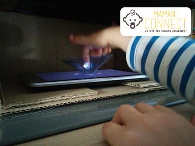 Hologramme terre doigt