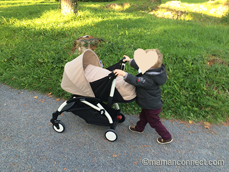 Enfant poussant une Yoyo Babyzen 0+