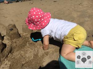 bébé plage sable
