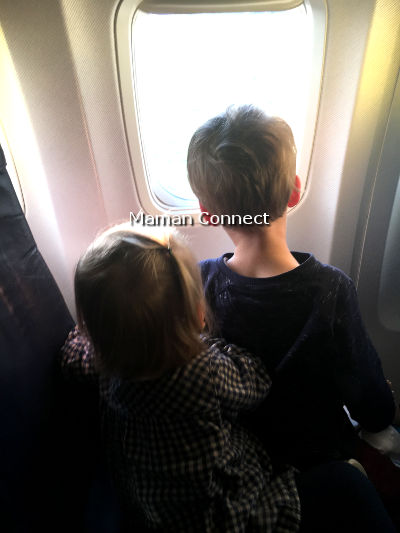 Enfants regardant par le hublot d'un avion